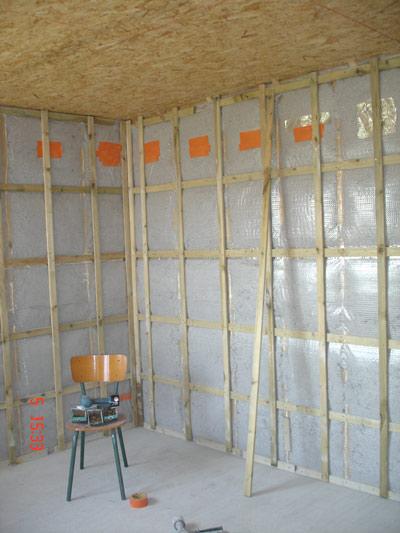 posedes liteaux verticaux pour les plaques de pl tres noter le plafond en triply plus. Black Bedroom Furniture Sets. Home Design Ideas